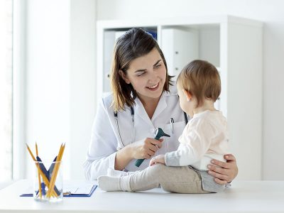 800x600-Sociedad-Mexicana-Pediatría-_0000s_0004_doctor-with-baby-and-otoscope-at-clinic-P9LY8JW